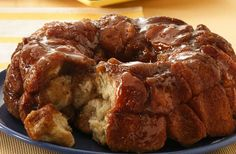 Monkey Bread Classic monkey bread recipe, oozing with warm caramel and cinnamon. Monkey bread is irresistible! Pillsbury EasterClassic monkey bread recipe, oozing with warm caramel and cinnamon. Monkey bread is irresistible! Grands Monkey Bread, Monkey Bread With Biscuits, Köstliche Desserts, Dessert Recipes, Recipes Dinner, Brunch Recipes, Brunch Food, Gastronomia, Breakfast
