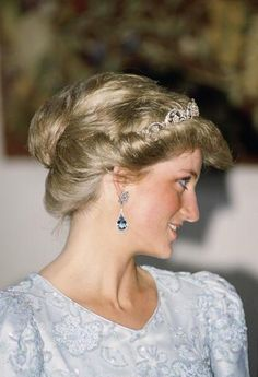 Diana Princess of Wales in one of the few photographs in which her hair is styled in an updo. Princess Diana looks regal wearing dangling diamond and aquamarine earrings and [it looks like the Spencer Tiara]. Lady Diana Spencer, Royal Princess, Princess Of Wales, Diana Williams, Princess Diana Fashion, Diamond Tiara, Diamond Earrings, Aquamarine Earrings, Diamond Flower