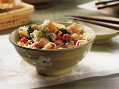 Asian Noodle Bowl Thai Noodles, Asian Noodles, Peanut Sauce Stir Fry, Asian Chicken, Noodle Bowls, Vegetarian Bowl, Vegetarian Meals, Chinese Food, Chinese Recipes