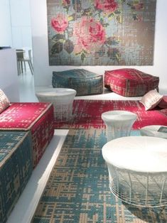 Patterned Sofas: How to Create a Marvellous Interior Design Sofa Inspiration, Living Room Inspiration, Color Inspiration, Interior Design Tips, Interior And Exterior, Space Interiors, Home Wall Decor, Modern Sofa, Living Room Sets