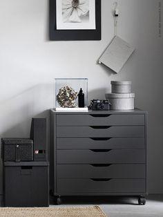 ALEX ladeblok | Deze pin repinnen wij om jullie te inspireren. IKEArepint IKEA IKEAnederland grijs studeerkamer werk opbergen opberger inspiratie