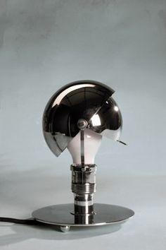 Lampada da tavolo Bauhaus , C. J. Jucker 1923/2003. Struttura in ottone cromato.