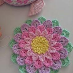 57.7 mil seguidores, 418 seguindo, 684 publicações - Veja as fotos e vídeos do Instagram de 🎀🎀💚Zeynebineglencelikleri 💚🎀🎀 (@zeynebinhobimerkezi) Crochet Rings, Crochet Cap, Crochet Motif, Crochet Doilies, Crochet Flower Patterns, Crochet Stitches Patterns, Crochet Designs, Crochet Flowers, Crochet Potholders