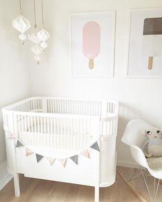 NORA'S ♡ #babynora #baby #kidsroom #babygirl #lyserød #pink #popsicle #frohundfrau #poster #origami #flagranke #sebra #kili #sebrainterior #luckyboysunday #happy #family #mygirl #myhome #interior #design