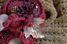 Вязаная брошь «Гранатовая хризантема»