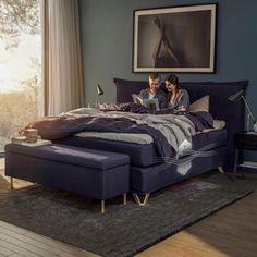 Boxspringbett aus blauem Textilstoff mit goldenen Füßen Kids Room Wallpaper, Sleep Set, Couch, Furniture, Home Decor, Kitchen Armoire, Candle, Chair, Childrens Bedroom Wallpaper