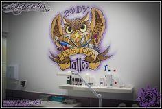 logotipo de tienda de tatuajes pintado a mano en sala de tattoo