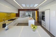 plans de travail blancs et crédence cuisine en verre teinté jaune