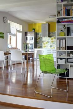 Světlá pracovna mezi jídelním koutem a obývacím pokojem