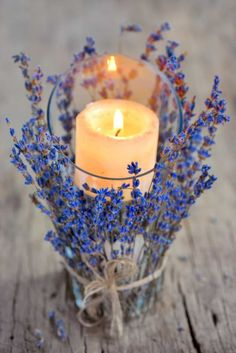 Lavender is both very economical and easy to use as a decorative element for your wedding. - New Pin Deco Champetre, Wedding Flowers, Wedding Day, Perfume, Asian Decor, Country Wedding Dresses, Wedding Supplies, Decorative Items, Wedding Decorations