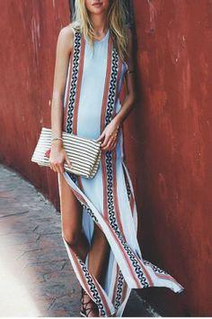 vestido longo com fenda em estampa tribal/étnica.