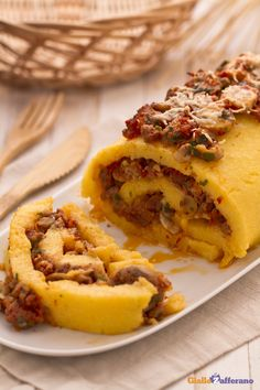 Ingredienti classici e tanto sapore per il rotolo di #polenta con funghi e salsiccia (polenta roulade with sausage and mushrooms)! #ricetta #Giallozafferano #italianfood #recipe #roll