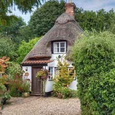 Chocolate Box Cottage in Cambridgeshire🍃 Would you live in a house like this? I would love to see the inside👀 Lovely photo by hope_and_wander. Cute Cottage, Old Cottage, Garden Cottage, Cottage Homes, Storybook Homes, Storybook Cottage, English Cottage Style, English House, English Cottages