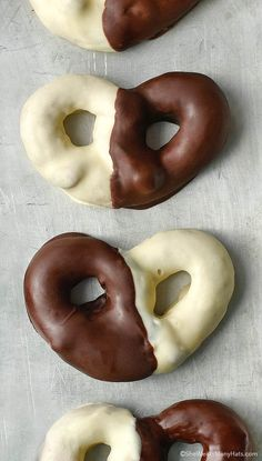 re feeling extra culinarily trendy these black and white chocolate covered pretzels are an easy sweet treat. Black and White Chocolate Covered Pretzels a Easy Desserts, Delicious Desserts, Yummy Food, Beignets, Candy Recipes, Dessert Recipes, White Chocolate Covered Pretzels, Biscuits, Sorbets