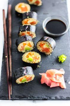 quinoa, avocado and salmon sushi rolls - sushi di quinoa, avocado e salmone