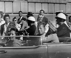 John F Kennedy and his wife in Dallas, Texas on November moments before JFK was assassinated. John Kennedy, Jackie Kennedy Death, Caroline Kennedy, Marie Curie, Steve Jobs, Dealey Plaza, Einstein, Donald Trump, Kennedy Assassination