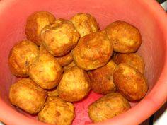 Ingrediente:    - 4-5 cartofi   - 4-5 catei de usturoi   - 1 ceapa   - verdeata (marar, patrunjel)   - delikat de legume   - bu... Pretzel Bites, Potatoes, Bread, Vegetables, Recipes, Recipe Ideas, Food, Potato, Brot
