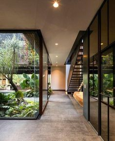 cour intérieure baies vitrées Currently, the concept of contemporary buildings have been benefiting Dream Home Design, Modern House Design, Modern Houses, Modern Zen House, Modern Tropical House, Japanese Modern House, Tropical House Design, Green House Design, Modern Minimalist Living Room