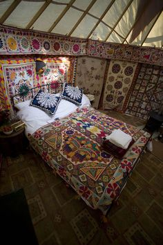 I love this yurt ... oh to sleep here in this bed...