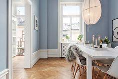 Poppytalk: A Stockholm Duplex Dining Room Inspiration, Interior Inspiration, Eames, Appartement Design, Interior And Exterior, Interior Design, Home Selling Tips, Scandinavian Home, Blue Walls
