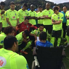 Disabled Brazil fan shows David Luiz his juggling skills and makes Neymar cry Brazil Team, Nurses Week Quotes, Neymar Pic, Good Soccer Players, Messi, Sports News, Crying, Lettering, Boys