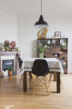 Situé à Puteaux, l'appartement que je partage avec mon compagnon nous ressemble. Peuplé de pièces chinées aux quatre coins de la France, notre intérieur reflète mon amour inconditionnel pour la déco vintage. Bonne visite !