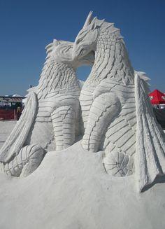 Romántica pareja demostrándose un amor animal   ~ Sand Sculptures