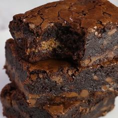 Chocolate Fudge Caramel Brownies - Easy to make brownies that are loaded with chocolate chips and layers of gooey caramel. Rich, chewy and simply amazing! Fudge Caramel, Easy Chocolate Fudge, Chocolate Recipes, Chocolate Chips, Dark Chocolate Brownies, Decadent Chocolate Cake, Fun Baking Recipes, Brownie Recipes, Cookie Recipes