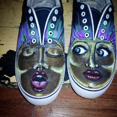 El pié izquierdo no entiende al pié derecho.. Left foot can't understand right foot… #vans #textilart #shoes #zapatillas #bambas #skate #drawing #art #artwork #fashion #moda #markers #shareandsmile (en Share and smile #bcn Gallery)