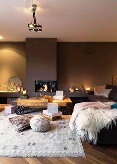 CENÁRIO PERFEITO | Inverno combina com lareira, que combina com mantas, peles e almofadas. Inspiração para decorar sua casa. #inspiracao #decoracao #inverno #living #ficaadica #SpenglerDecor