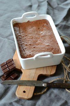 C'est une recette de dessert totalement régressif que je vous propose aujourd'hui avec ce délicieux, merveilleux, fantastique fondant au chocolat et poudre d'amande. En pus de ça la recette est méga simple et rapide à faire, et ne nécessite pas plus de 6 ingrédients. Ce gâteau n'a donc que des atouts.
