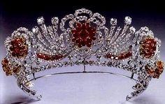 Tiara Burmese Ruby de Elizabeth II, realizada con diamantes del Nizam de Hyderabad y rubíes de Birmania.