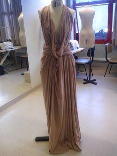 Vestido de seda cor nude, feito em moulage, by Magna Jardim