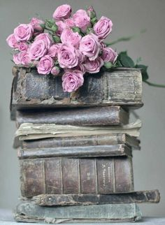 Vintage Decoration , pictures & diy , shabby , country added a new photo. Old Books, Antique Books, Vintage Books, Book Flowers, Book Aesthetic, Book Nooks, I Love Books, Belle Photo, Beautiful Flowers