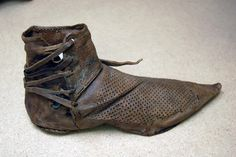 renaissance shoe middle ages made by hand with laces across the back. pointed toe with tiny holes Medieval Clothing, Historical Clothing, 14th Century Clothing, Walking Gear, Middle Age Fashion, Schuster, Old Shoes, Historical Artifacts, Old Clothes