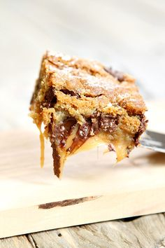 Here's a most decadent dessert to try: Gooey Salted Caramel Chocolate Chip Cookie Bars My family is crazy about these dessert bars… so craz. Caramel Chocolate Chip Cookies, Salted Caramel Chocolate, Chocolate Caramels, Caramel Bars, Chocolate Bars, Chocolate Cheesecake, Just Desserts, Delicious Desserts, Yummy Food