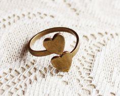 NEW OLD STOCK! Original Vintage, aber ungetragen - dieser süße Ring aus Messing mit zwei Herzchen ist ein außergewöhnliches Überbleibsel vergangene...