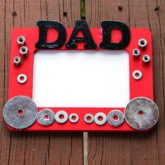 Per la Festa del Papà 2013 un bel modo per far festeggiare è cimentarsi nei lavoretti fai da te. Un dono utile è il portapenne in carta ondulata, facile da fare per i bambini.
