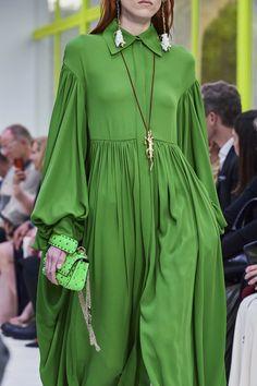 Valentino Spring 2020 Ready-to-Wear Fashion Show - Vogue Fashion 2020, Look Fashion, Runway Fashion, Spring Fashion, Fashion Design, Fashion Trends, Modest Fashion, Fashion Dresses, Carolina Herrera Dresses