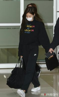 BlackPink At Gimpo Airport Blackpink Jennie, Korean Airport Fashion, Korean Fashion, Blackpink Lisa, Kpop Outfits, Casual Outfits, Work Outfits, Blackpink Fashion, Fashion Outfits