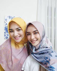 Beautiful Hijab Girl, Beautiful Muslim Women, Cute Lesbian Couples, Hijab Chic, Girl Hijab, Niqab, Traditional Outfits, Hijab Fashion, Pretty