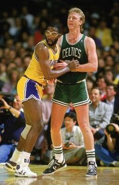 James Worthy (Los Angeles Lakers) and Larry Bird. I Love Basketball, Basketball Pictures, Basketball Legends, Basketball Players, Nba Pictures, Lakers Vs Celtics, Boston Celtics, Larry Bird, Showtime Lakers