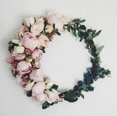 Wianek z kwiatów, fot. instagram.com/cynthiajuhailey
