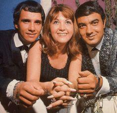 . 1965 um dos programas de TV de maior audiência da época: o Jovem Guarda, apresentado pelos emergentes cantores e ídolos juvenis Roberto Carlos (O Rei), ...