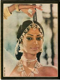 Simi Garewal Bollywood Makeup, Bollywood Outfits, Bollywood Fashion, Indian Wedding Makeup, Indian Bridal Fashion, Asian Fashion, Simi Garewal, Bollywood Pictures, Indian Goddess