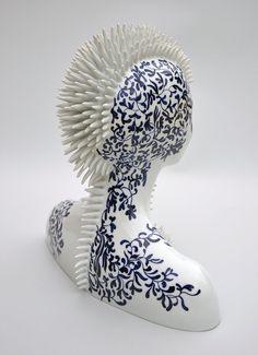porseleinen-vrouw-figuren-6 De Franse kunstenaar Juliette Clovis maakt deze porseleinen beelden die een hybride zijn van vrouwelijke figuren in combinatie met fauna en flora. Ze verduistert gedeeltes van de figuren en brengt zelfs maskers aan.