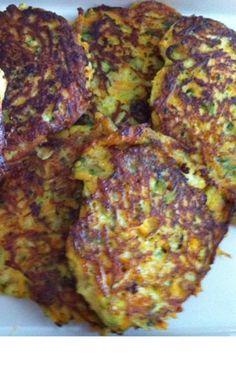 Glutenfri vegetar-frikadeller/klatkage 1 sød fint revet økologisk kartoffel 1 fint revet økologisk squash 1 hakket forårsløg, 3-4 øko æg, 3 spsk. øko kokosmel, 2 tsk frisk hakket rosmarin, havsalt, Øko kokosolie eller smør til at stege i. Bland revet, sød kartoffel, forårsløg og revet squash med rosmarin og lidt salt. Rør æg i og til sidst kokosmel i. Lav små klatter på en varm pande og steg dem, til de er sprøde og færdige.