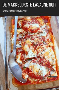 De makkelijkste lasagne ooit 1 courgette - 1 aubergine - 2 grote vleestomaten - passata kan ook) - 8 verse lasagnebladen - hüttenkäse, andere cottage cheese of ricotta - geraspte kaas - 1 bol buffelmozzarella - gedroogde oregano - peper & zout Veg Lasagne, Veggie Lasagna, Moussaka, Pasta Recipes, Cooking Recipes, Healthy Recipes, Dinner Recipes, Bolognese, Vegas