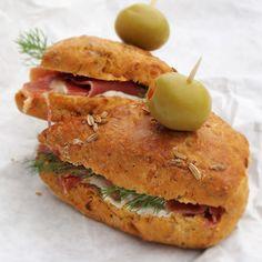 Scones de tomates secos e hinojo, ideal con salmón o jamón serrano.