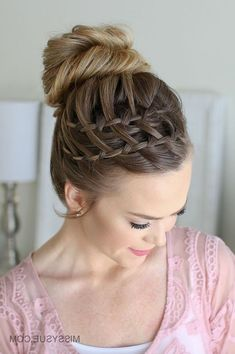 If you've been wanting to test out your braiding skills, I've got a fun new hairstyle for you to try! Heatless, intricate, messy bun action, this one's got it all. I am way beyond excited to be sharing the tutorial for this double waterfall high… Nigerian Braids Hairstyles, African Braids Hairstyles Pictures, French Braid Hairstyles, Wedding Hairstyles, French Braids, Double Waterfall Braids, Waterfall Twist, Messy Braids, Side Braids